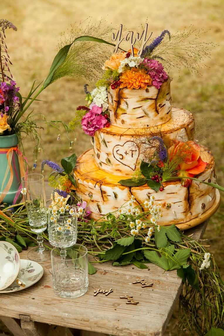 Hochzeitsinspiration: Boho Festival, Hochzeitstorte in Holzoptik mit Holz-Caketopper | marygoesround.de