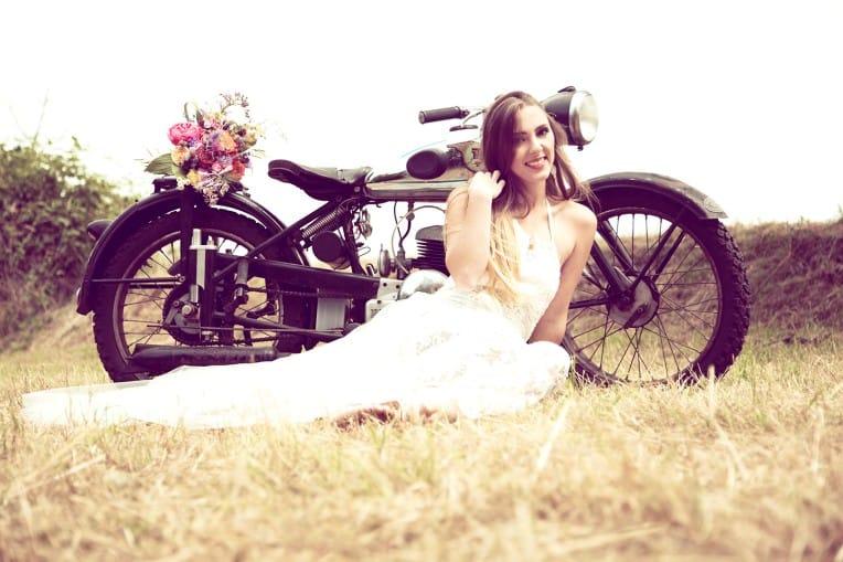 Hochzeitsinspiration: Boho Festival, Braut mit Vintage-Motorrad | marygoesround.de