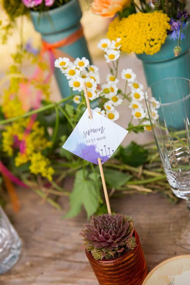 Hochzeitsinspiration: Boho Festival, bunte Hochzeitspapeterie auf Cottonpapier - Platzkarte | marygoesround.de