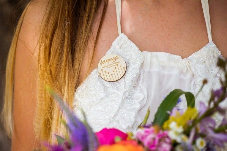 Hochzeitsinspiration: Boho Festival, individuelle Hochzeitsdeko aus Holz - Gästeanstecker, Platzkärtchen | marygoesround.de
