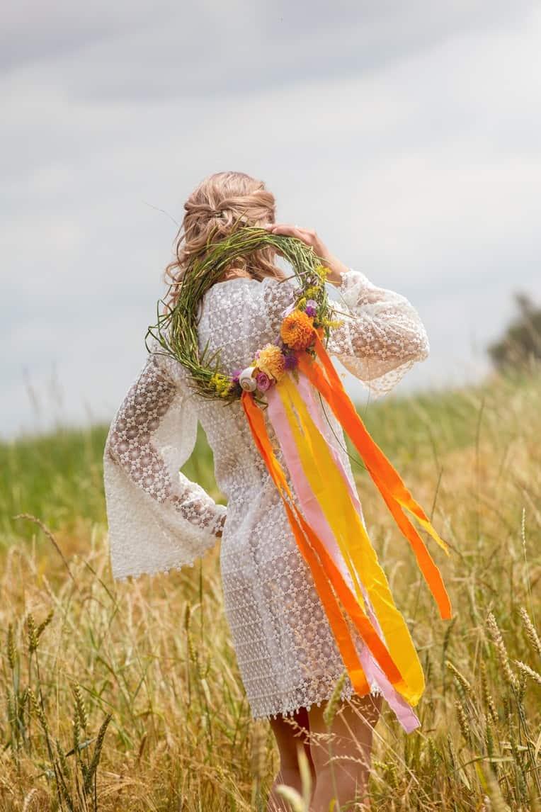 Hochzeitsinspiration: Boho Festival, Braut mit Blumenkranz | marygoesround.de
