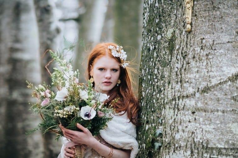 Hochzeitsinspiration: First Love - Märchenhaft heiraten, Braut mit Haarschmuck und Brautstrauß | marygoesround.de