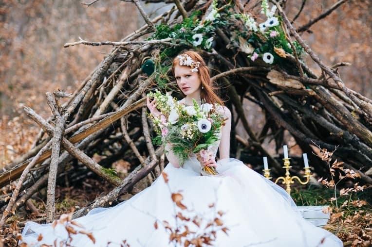 Hochzeitsinspiration: First Love - Märchenhaft heiraten, Braut imBrautkleid mit Brautstrauß und Haarschmuck, After-Wedding-Shooting im Wald | marygoesround.de