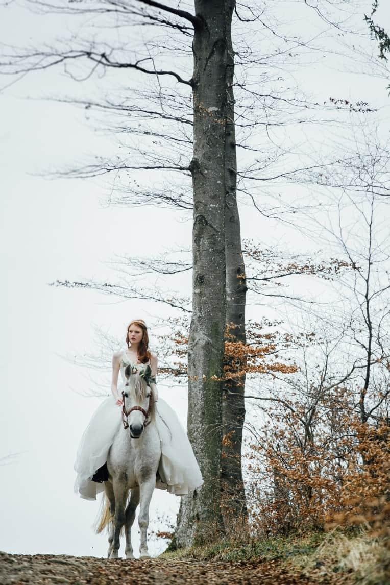 Hochzeitsinspiration: First Love - Märchenhaft heiraten, Hochzeitspferd, Brautkleid | marygoesround.de