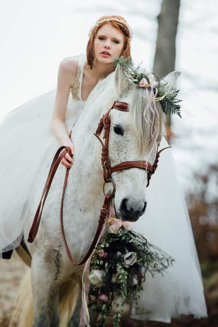 Hochzeitsinspiration: First Love - Märchenhaft heiraten, Hochzeitspferd, Brautkleid, Brautstrauß | marygoesround.de