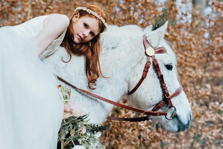 Hochzeitsinspiration: First Love - Märchenhaft heiraten, reitende Braut auf Hochzeitspferd, Haarschmuck und Brautstrauß | marygoesround.de