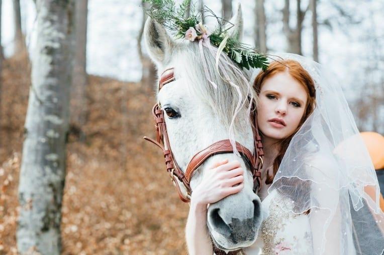 Hochzeitsinspiration: First Love - Märchenhaft heiraten, Braut mit Schleier und Hochzeitspferd | marygoesround.de