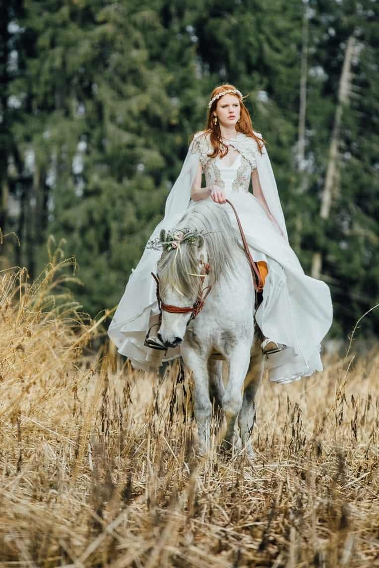 Hochzeitsinspiration: First Love - Märchenhaft heiraten, reitende Braut auf Hochzeitspferd, Shooting in der Natur | marygoesround.de