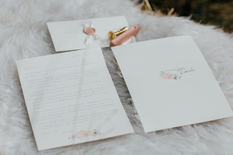Hochzeitsinspiration: First Love - Märchenhaft heiraten, Liebesbrief mit Wachssiegel - Hochzeitsmonogramm | marygoesround.de
