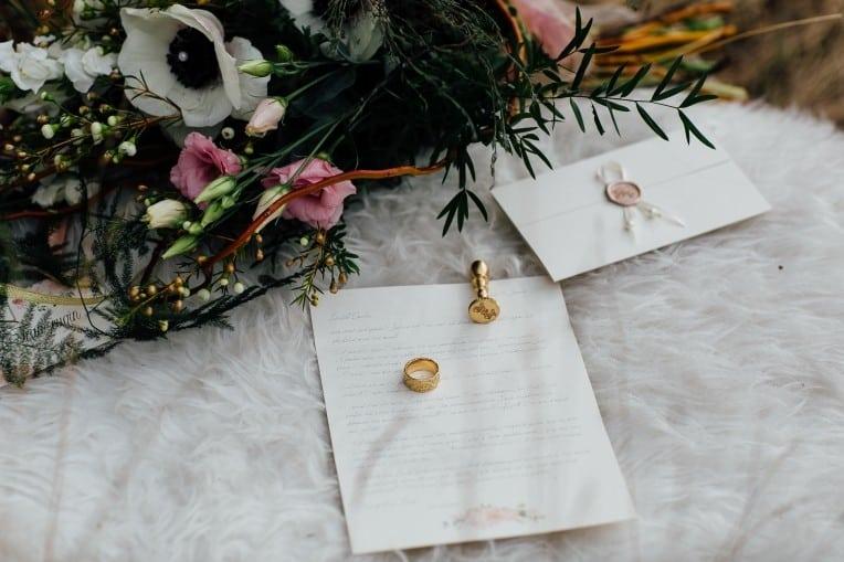 Hochzeitsinspiration: First Love - Märchenhaft heiraten, Liebesbrief mit Wachssiegel - Hochzeitsmonogramm und Brautstrauß | marygoesround.de