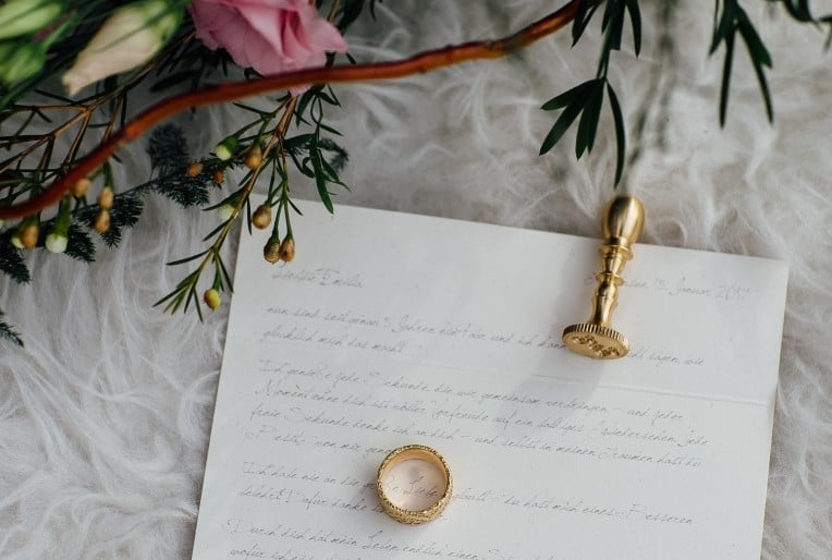 Hochzeitsinspiration: First Love - Märchenhaft heiraten, Liebesbrief mit Siegelstempel, gold, und Ehering | marygoesround.de
