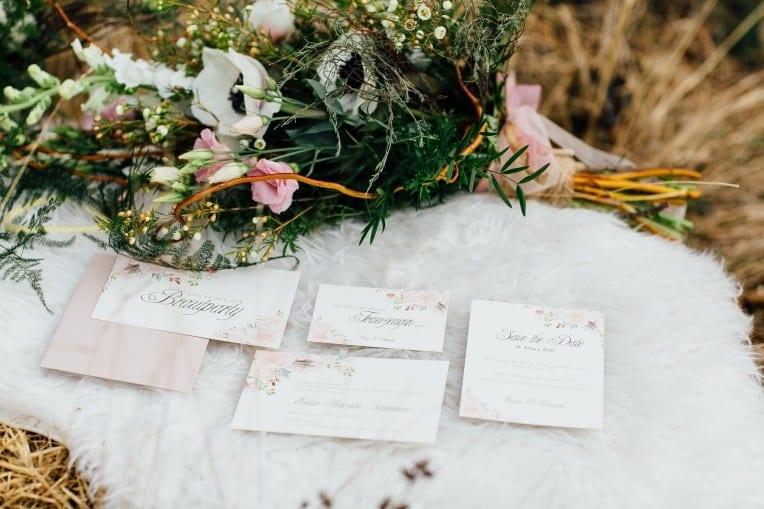 Hochzeitsinspiration: First Love - Märchenhaft heiraten, Hochzeitspapeterie mit Blumen | marygoesround.de