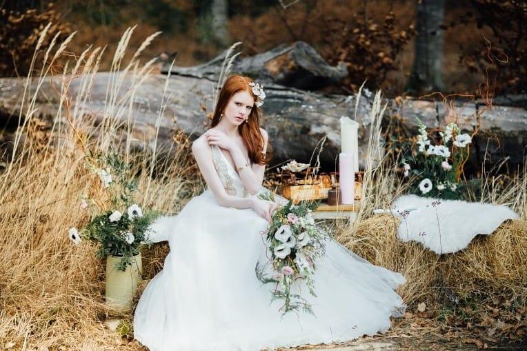 Hochzeitsinspiration: First Love - Märchenhaft heiraten, Braut im Brautkleid mit Brautstrauß, Shooting im Wald | marygoesround.de