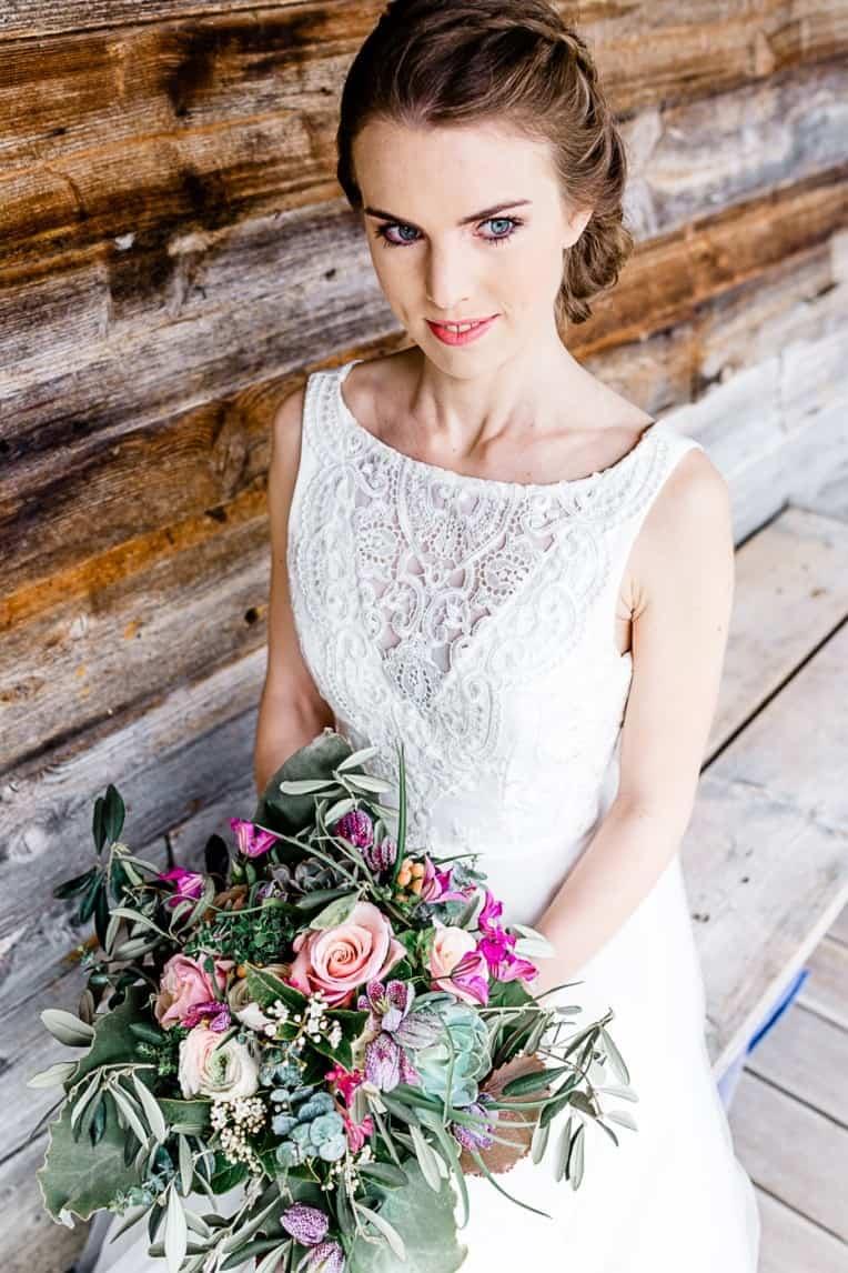Hochzeitsinspiration: Frühlingserwachen am Tegernsee (Braut mit Brautstrauß) | marygoesround.de