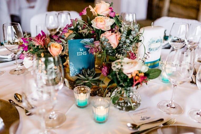 Hochzeitsinspiration: Frühlingserwachen am Tegernsee (Tischdekoration mit Tischnummern) | marygoesround.de