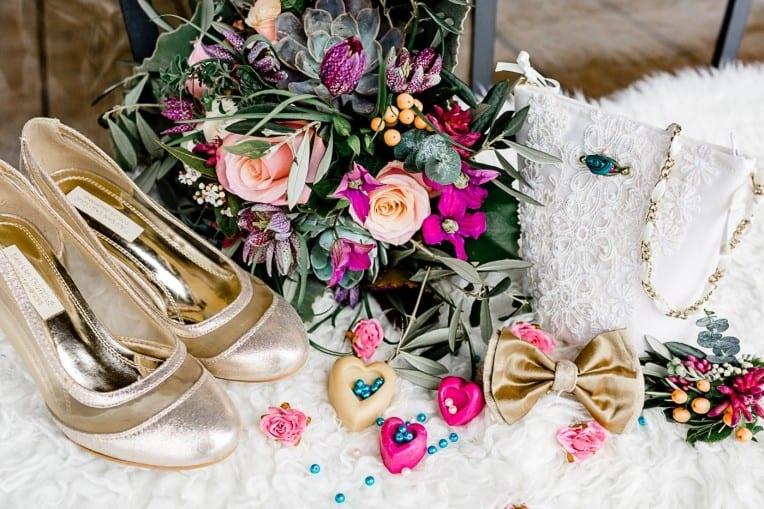 Hochzeitsinspiration: Frühlingserwachen am Tegernsee (Brautschuhe, Fliege, Gastgeschenke, Brauttascherl) | marygoesround.de