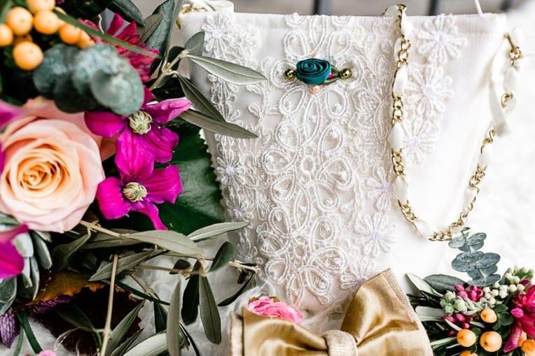 Hochzeitsinspiration: Frühlingserwachen am Tegernsee (Brautstrauß, Brauttasche) | marygoesround.de