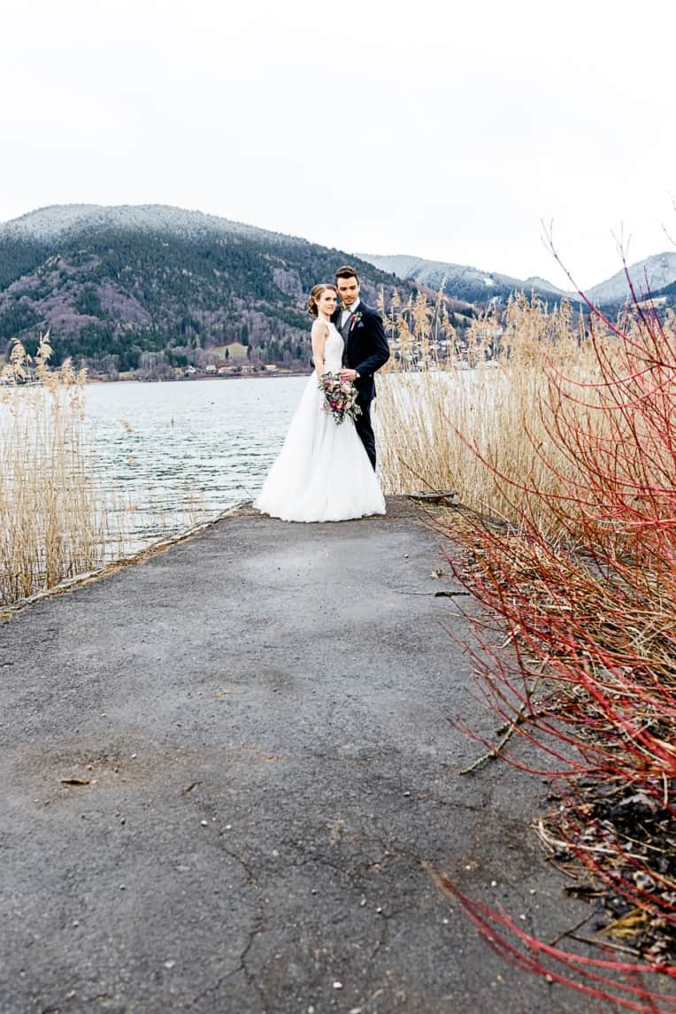 Hochzeitsinspiration: Frühlingserwachen am Tegernsee (Brautpaar vor atemberaubender Bergkulisse) | marygoesround.de