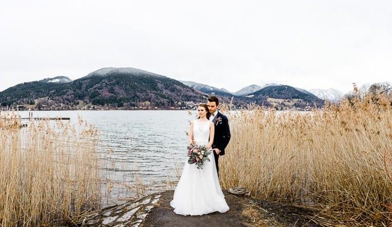 Hochzeitsinspiration: Frühlingserwachen am Tegernsee (Brautpaar vor Alpenkulisse) | marygoesround.de