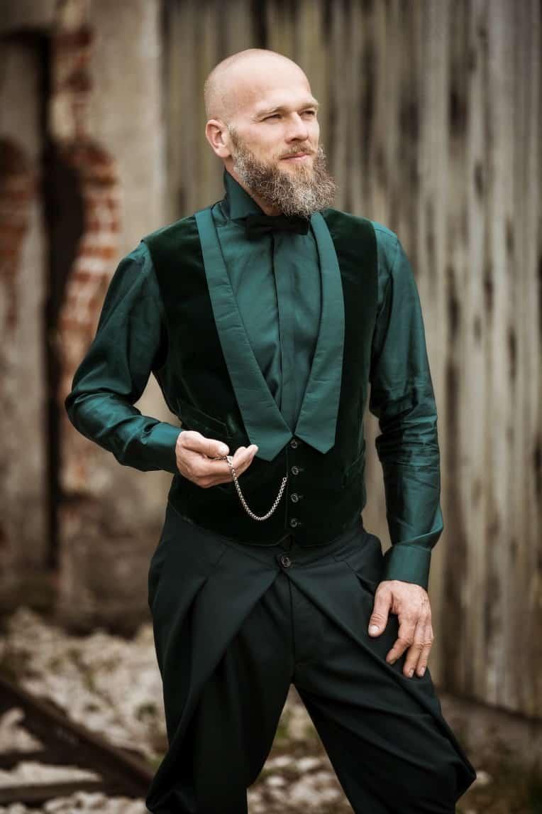 Hochzeitsinspiration: Steampunk, Bräutigam-Outfit mit Gehrock und Taschenuhr, Samt | marygoesround.de