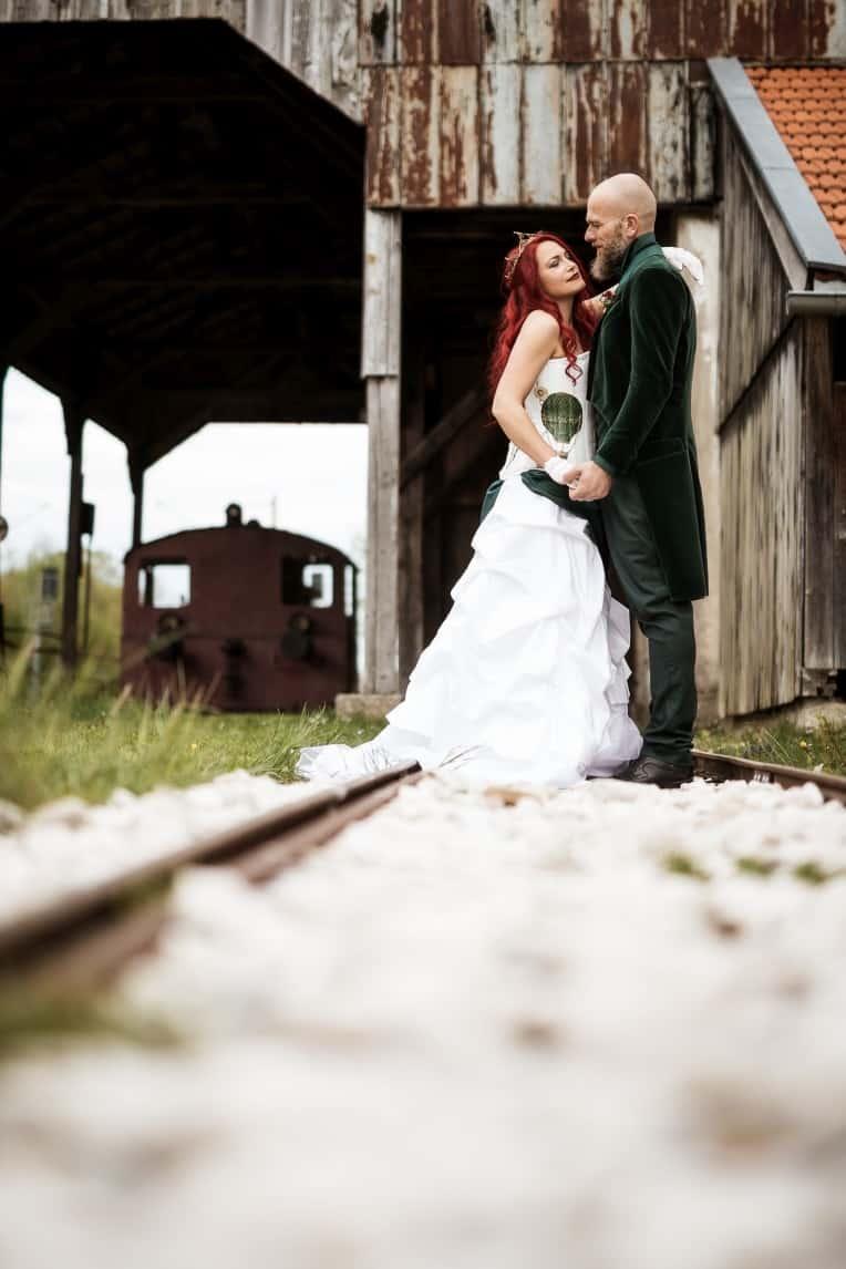 Hochzeitsinspiration: Steampunk, Braut mit Tattoos, Bräutigam mit Gehrock | marygoesround.de