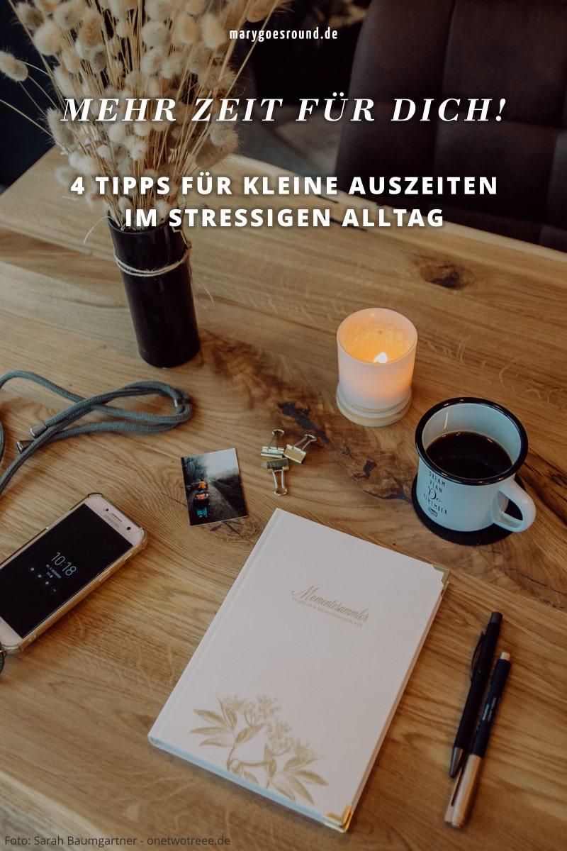 4 Tipps für Auszeiten im stressigen Alltag, Tisch mit Tagebuch und Kaffeetasse