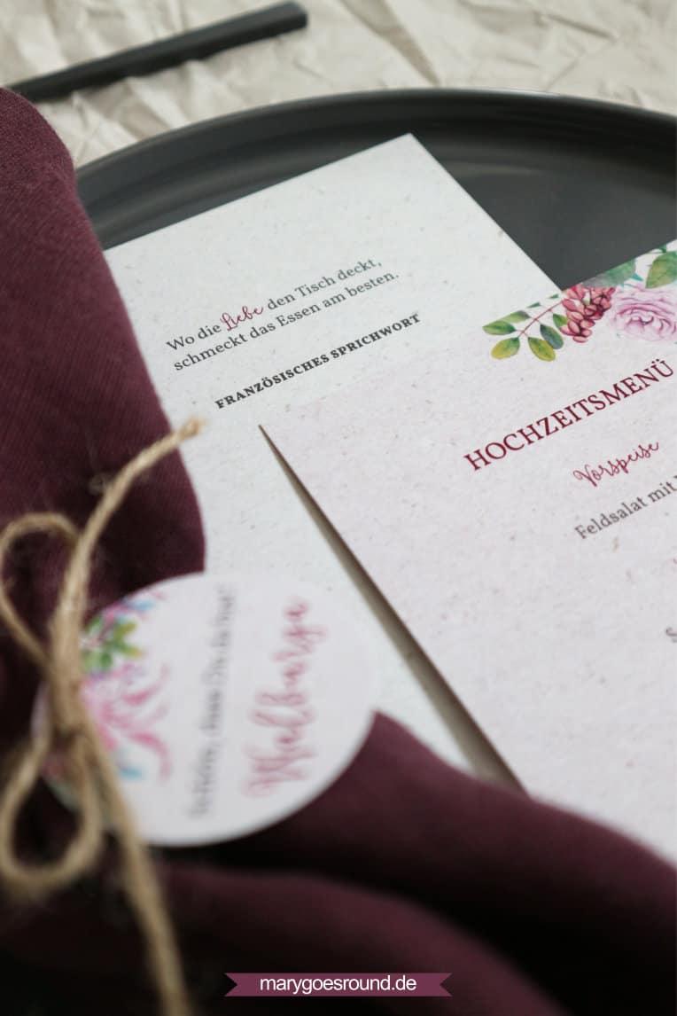Menükarte und Gastgeschenkanhänger mit floralen Mustern
