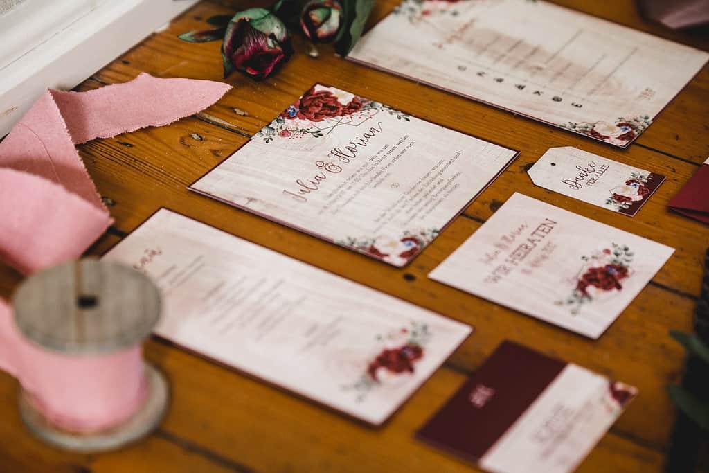 Hochzeitsinspiration: Boho Finesse, Marsala-Gold, Papeterieset - Detail der Hochzeitseinladung | marygoesround.de