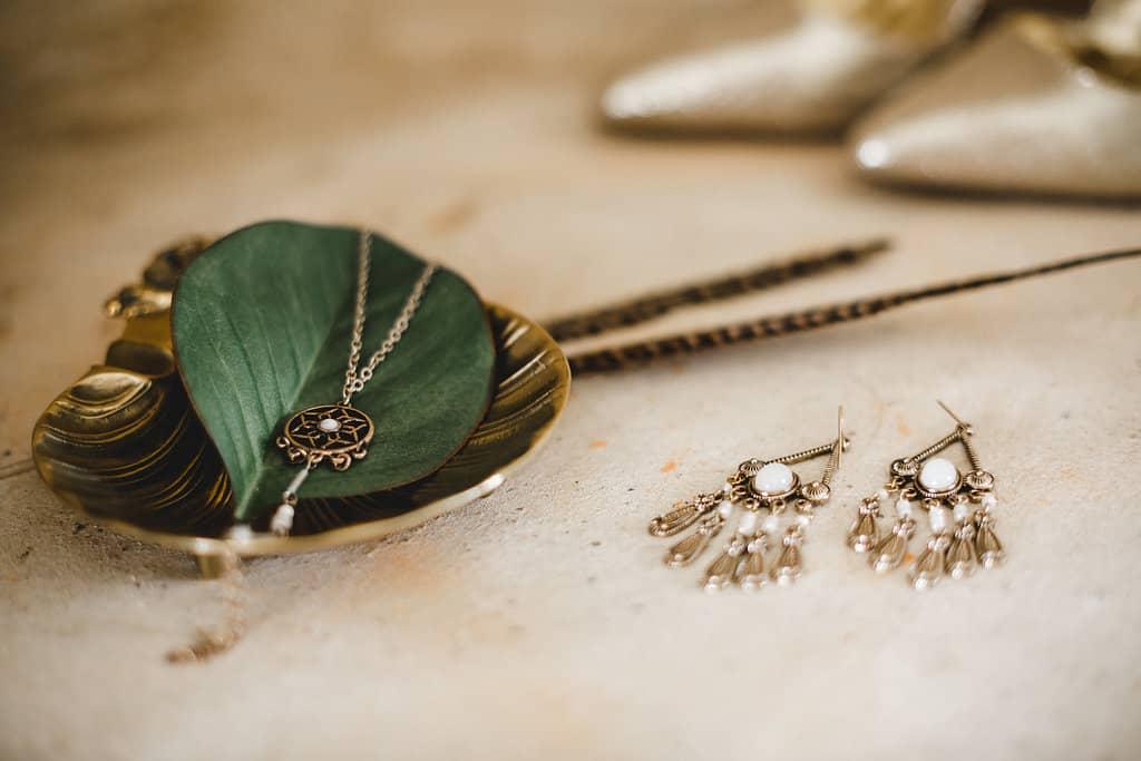 Hochzeitsinspiration: Boho Finesse, Marsala-Gold, Brautschmuck - Ohrringe und Kette | marygoesround.de