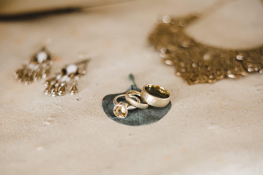 Hochzeitsinspiration: Boho Finesse, Marsala-Gold, Brautschmuck, Eheringe und Vorsteckring | marygoesround.de
