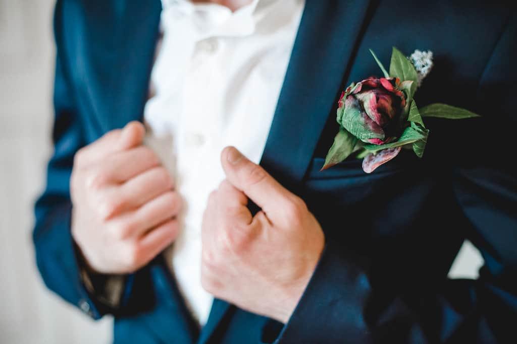 Hochzeitsinspiration: Boho Finesse, Marsala-Gold, Blumenanstecker des Bräutigams | marygoesround.de