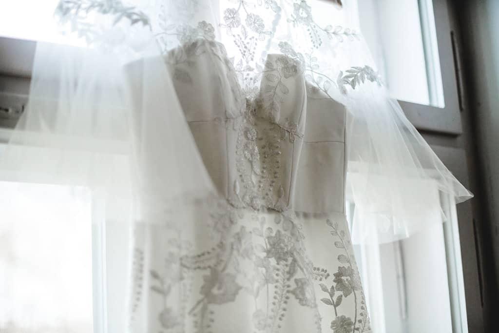 Hochzeitsinspiration: Boho Finesse, Marsala-Gold, Brautkleid mit grober Spitze | marygoesround.de