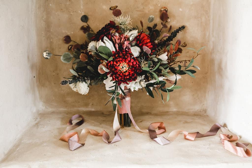 Hochzeitsinspiration: Boho Finesse, Marsala-Gold, opulenter Brautstrauß | marygoesround.de