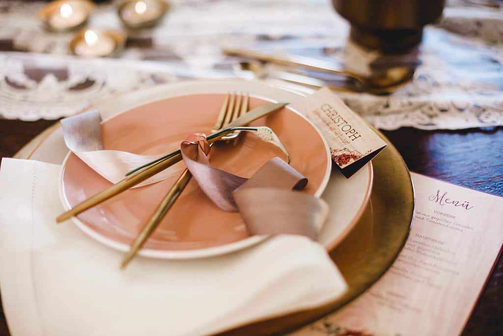 Hochzeitsinspiration: Boho Finesse, Marsala-Gold, Namenskärtchen und Menükarte | marygoesround.de