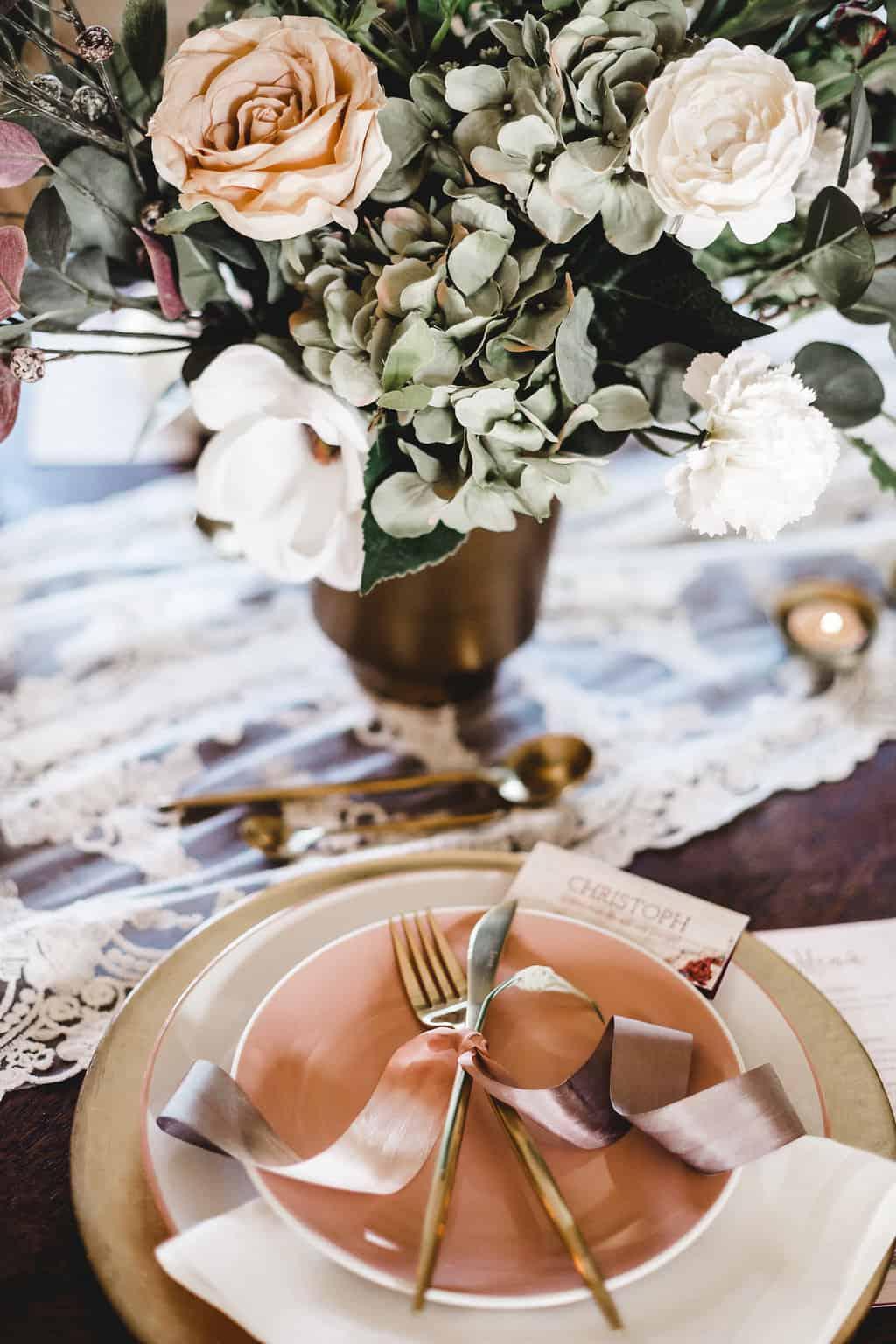 Hochzeitsinspiration: Boho Finesse, Marsala-Gold, künstlicher Blumenschmuck | marygoesround.de