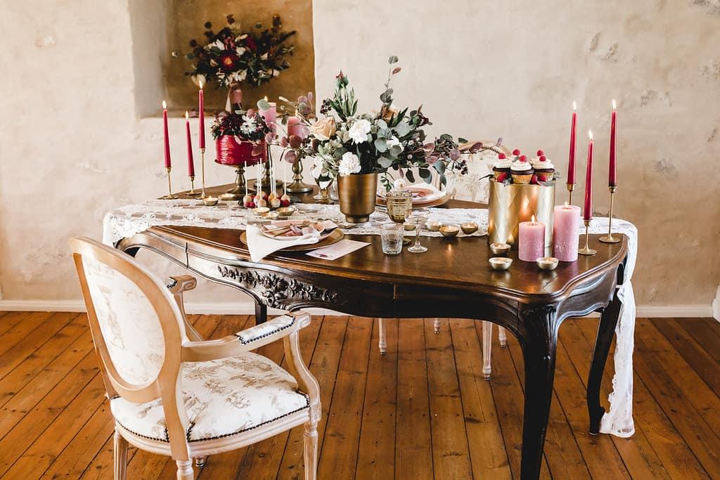 Hochzeitsinspiration: Boho Finesse, Marsala-Gold, Tischdekoration opulent | marygoesround.de