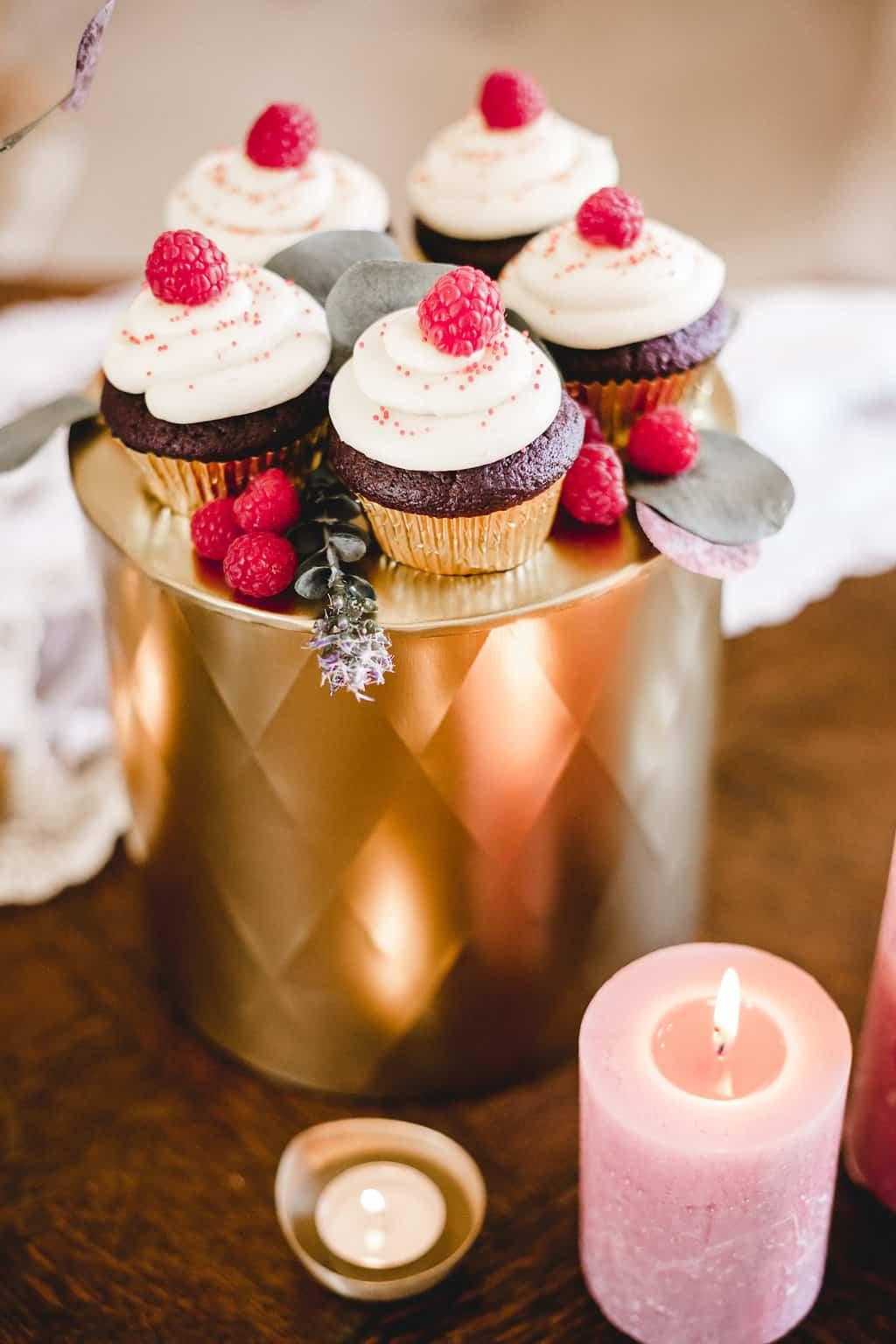 Hochzeitsinspiration: Boho Finesse, Marsala-Gold, Cupcakes mit Himbeeren | marygoesround.de