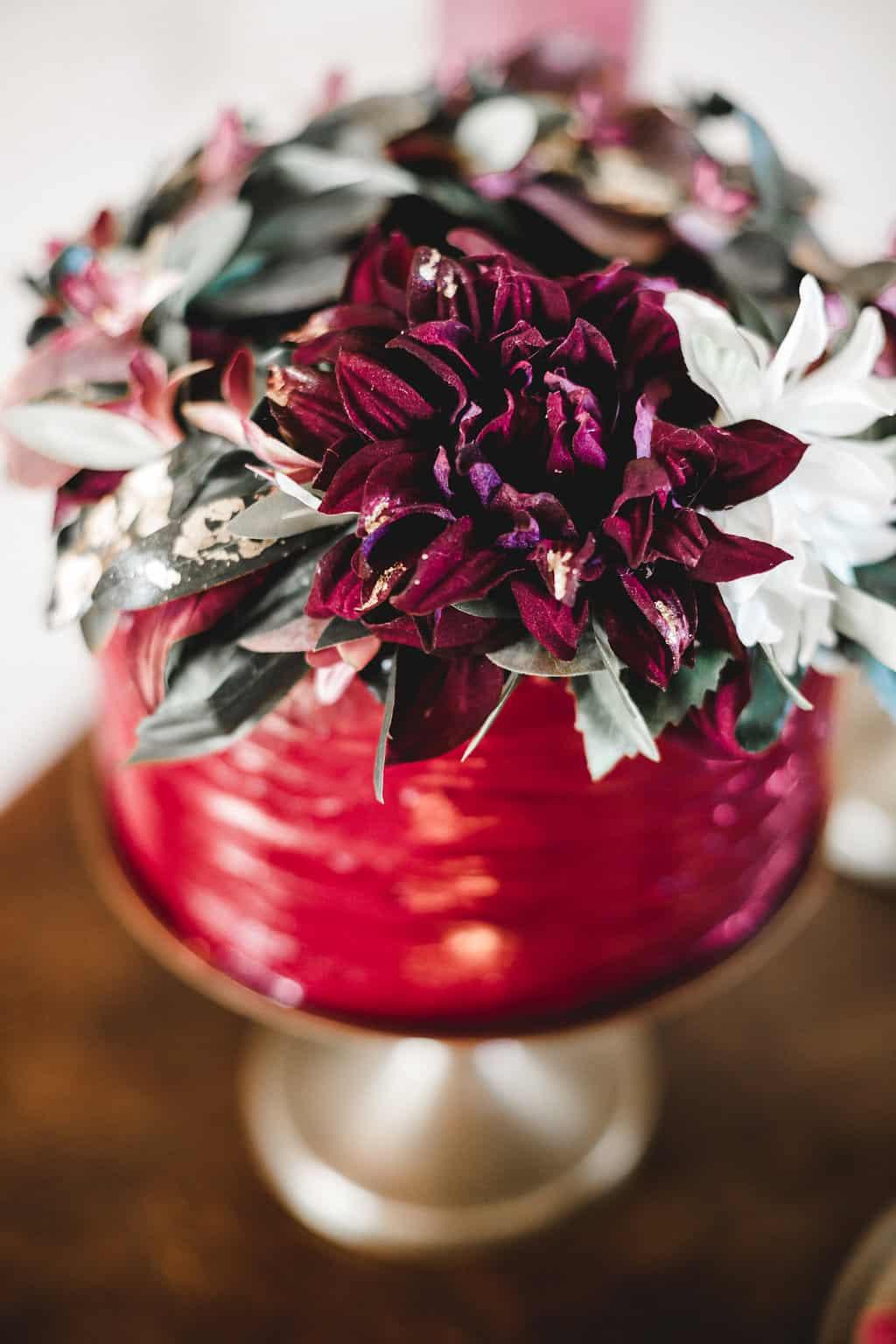 Hochzeitsinspiration: Boho Finesse, Marsala-Gold, Hochzeitstorte mit Blumenschmuck | marygoesround.de