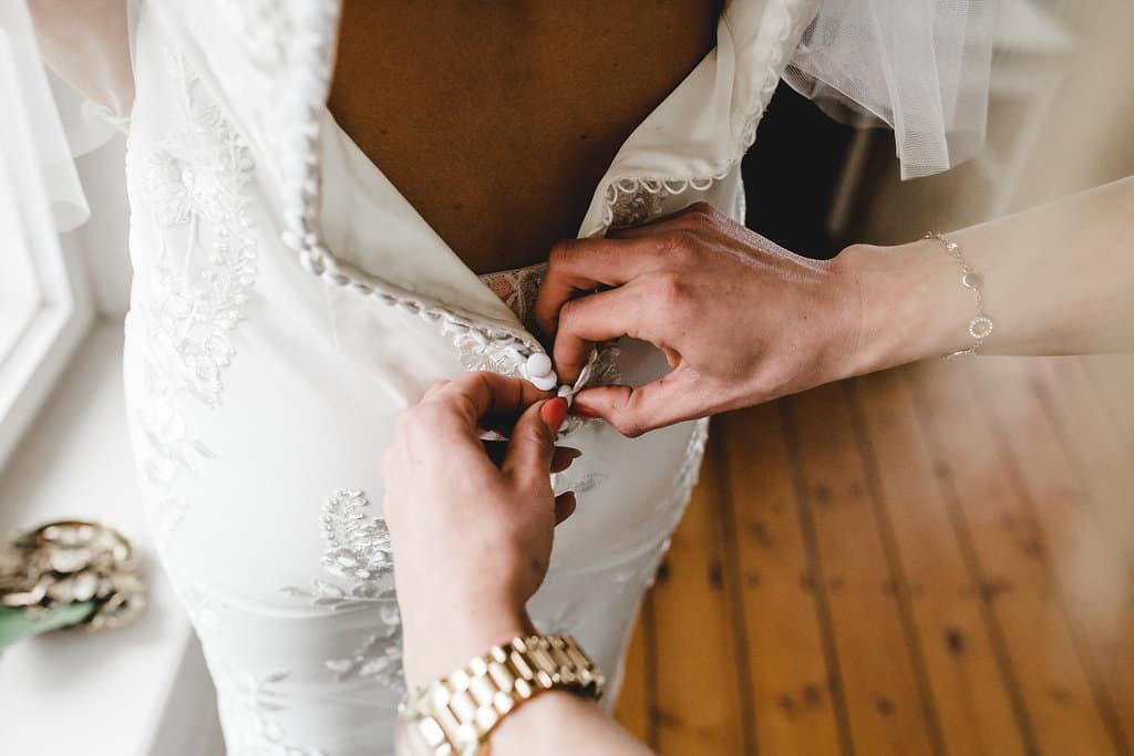 Hochzeitsinspiration: Boho Finesse, Marsala-Gold, Hochzeitskleid mit Knopfleiste | marygoesround.de