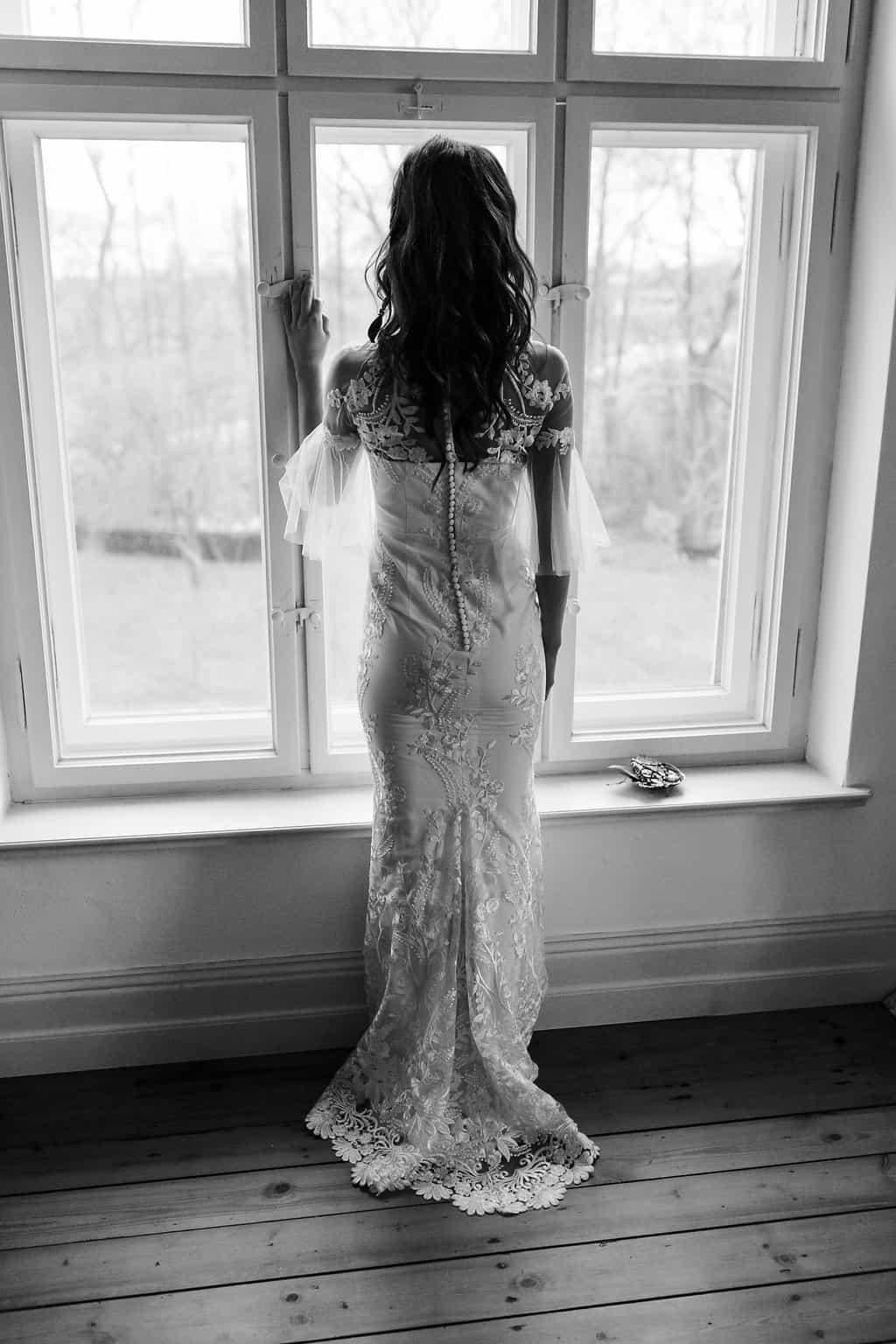 Hochzeitsinspiration: Boho Finesse, Marsala-Gold, Brautkleid mit Knopfleiste | marygoesround.de