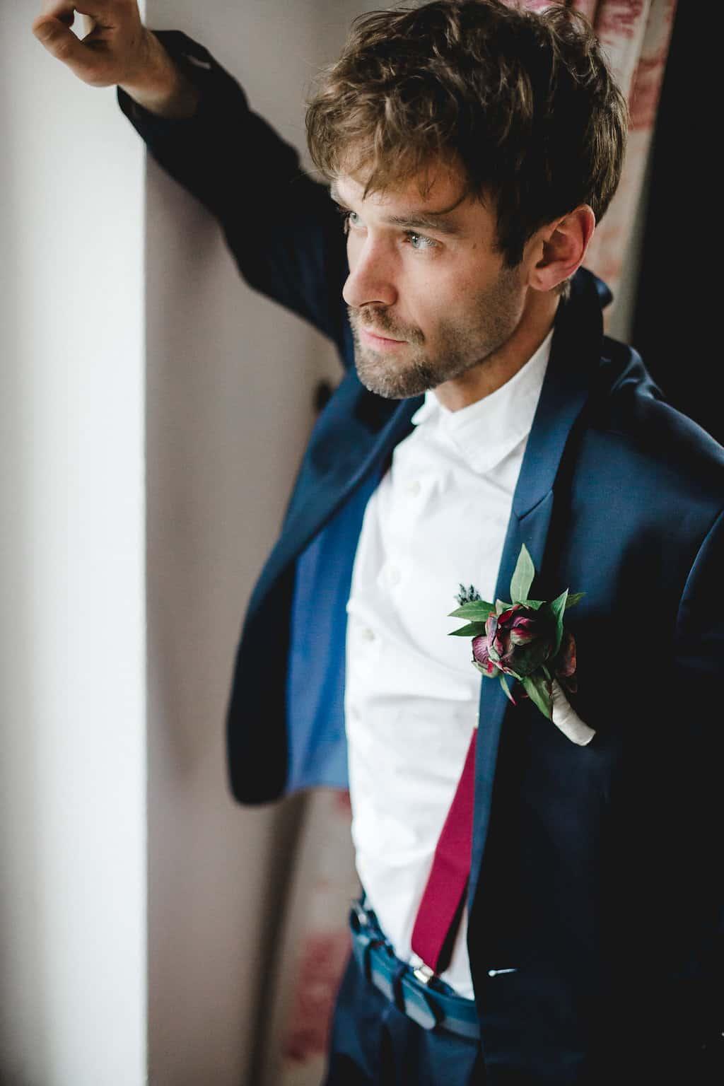 Hochzeitsinspiration: Boho Finesse, Marsala-Gold, Bräutigam mit Anstecker | marygoesround.de