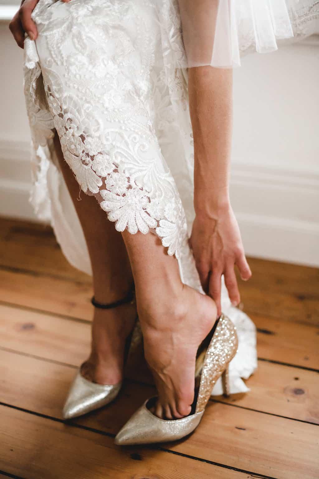 Hochzeitsinspiration: Boho Finesse, Marsala-Gold, Getting Ready - Brautkleid und Brautschuhe | marygoesround.de
