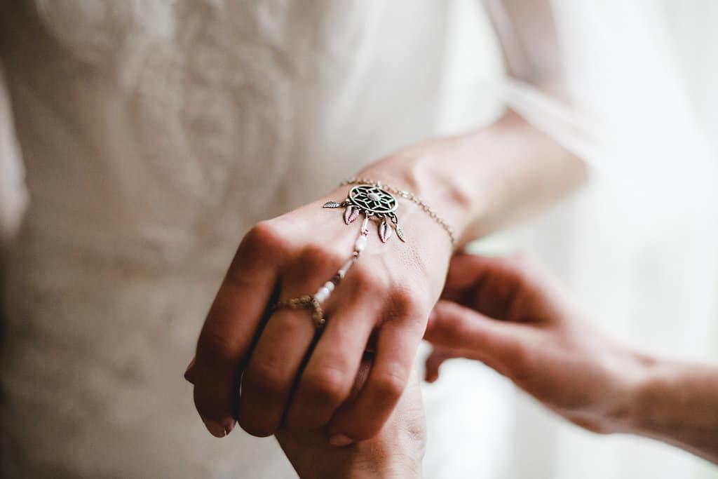 Hochzeitsinspiration: Boho Finesse, Marsala-Gold, Handschmuck der Braut - Traumfänger | marygoesround.de