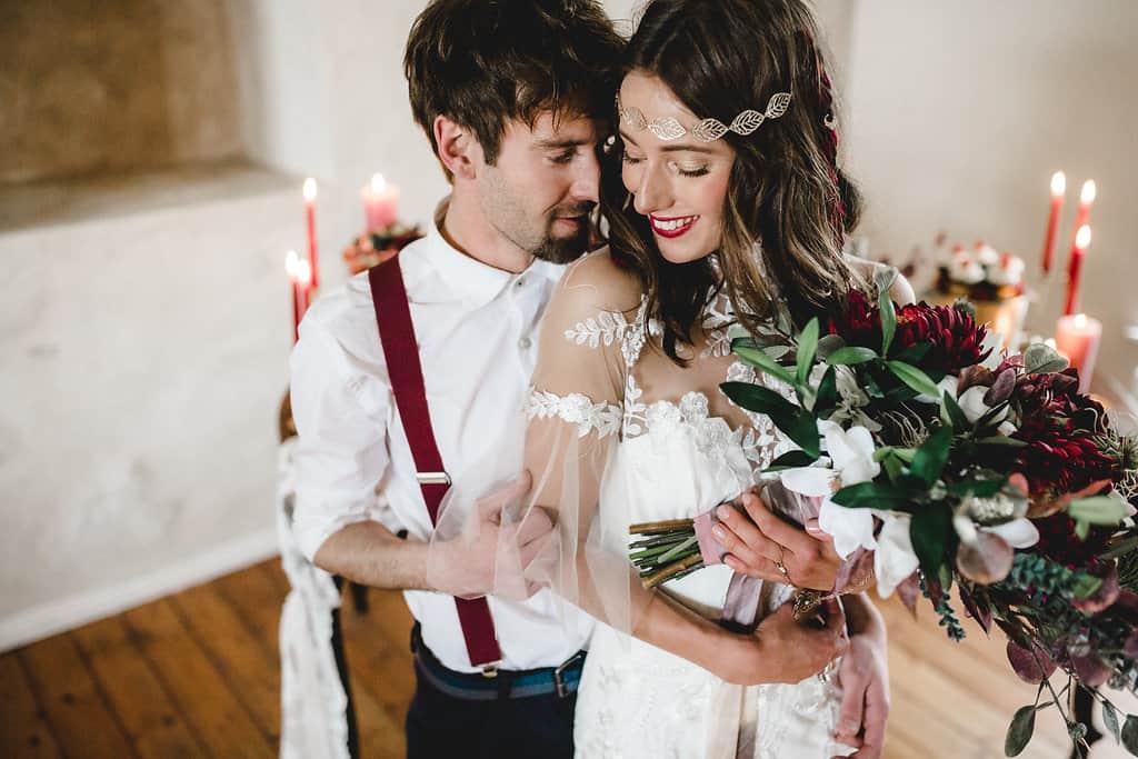 Hochzeitsinspiration: Boho Finesse, Marsala-Gold, Bräutigam mit Hosenträgern | marygoesround.de