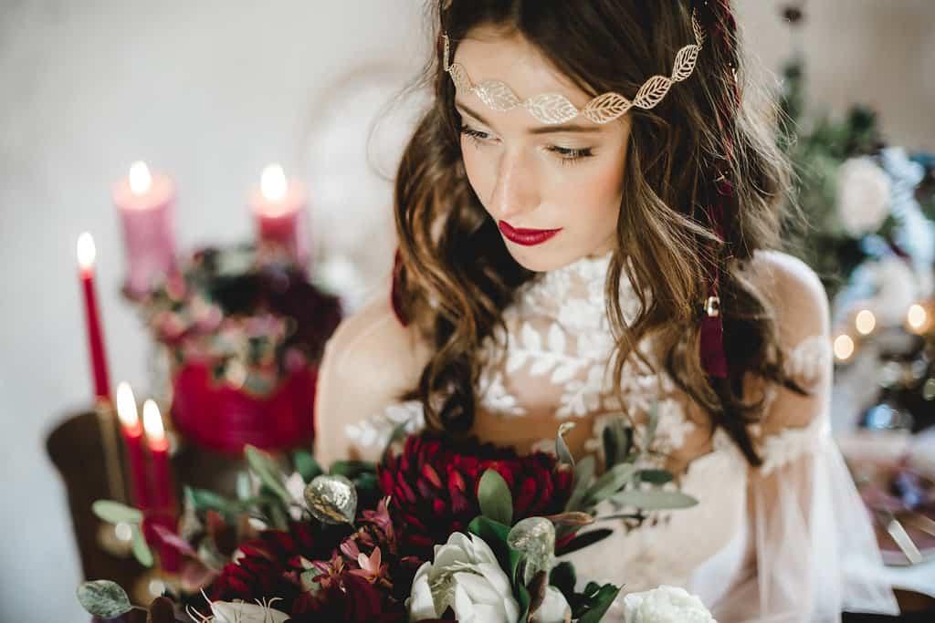 Hochzeitsinspiration: Boho Finesse, Marsala-Gold, Braut mit Spitzenkleid und Brautstrauß | marygoesround.de