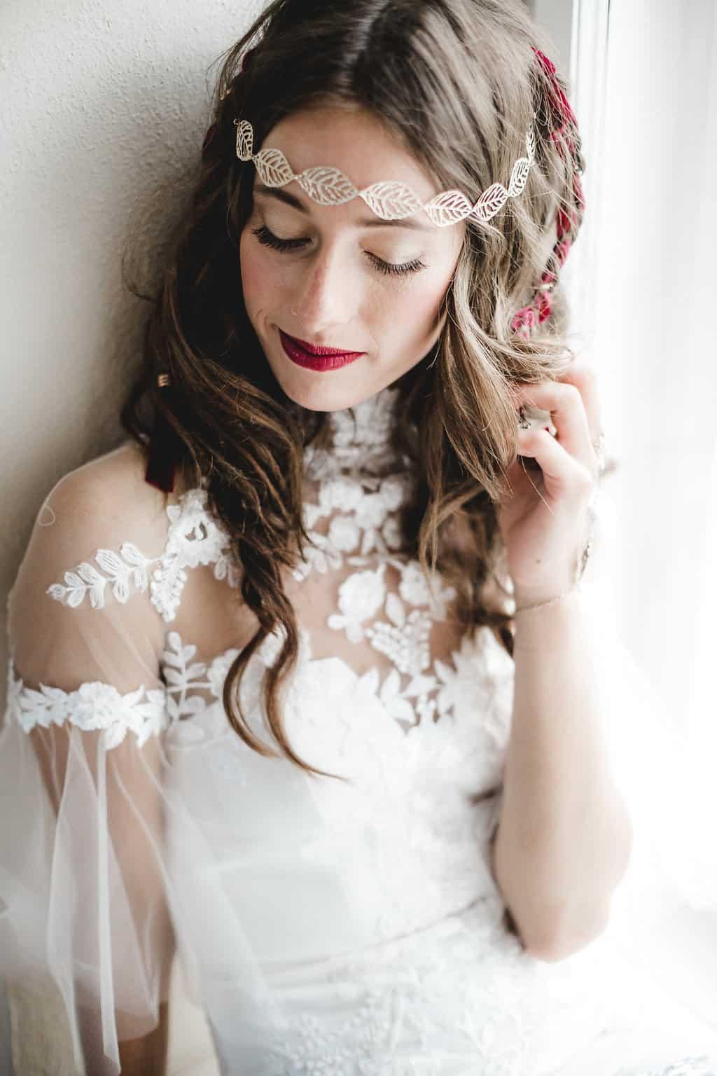 Hochzeitsinspiration: Boho Finesse, Marsala-Gold, Braut mit goldenem Haarschmuck | marygoesround.de