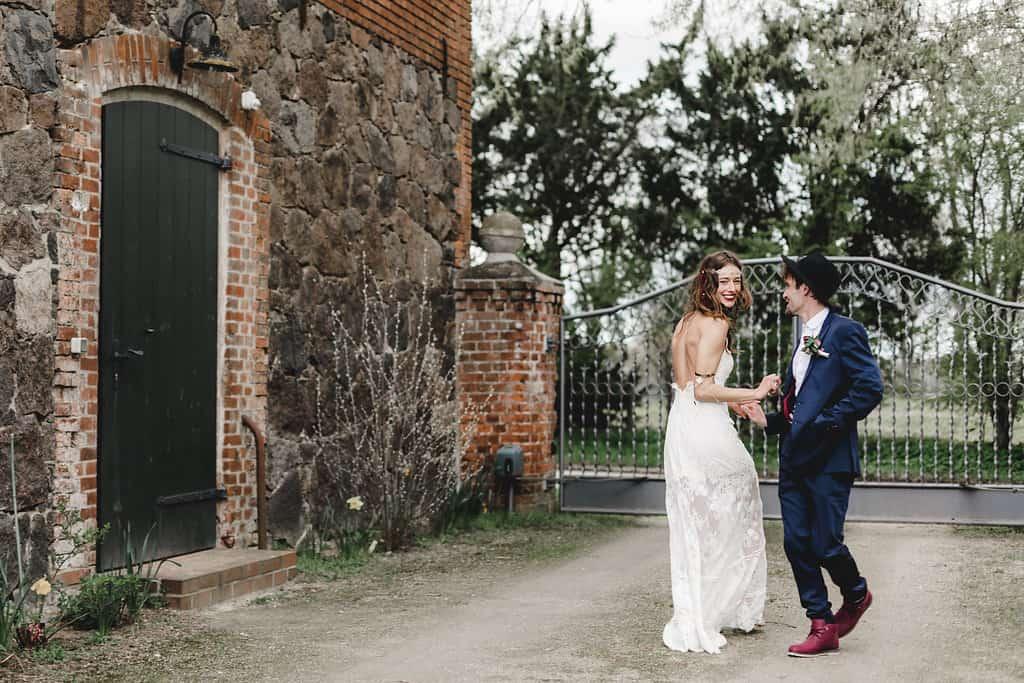 Hochzeitsinspiration: Boho Finesse, Marsala-Gold, Brautkleid mit Rückenausschnitt | marygoesround.de