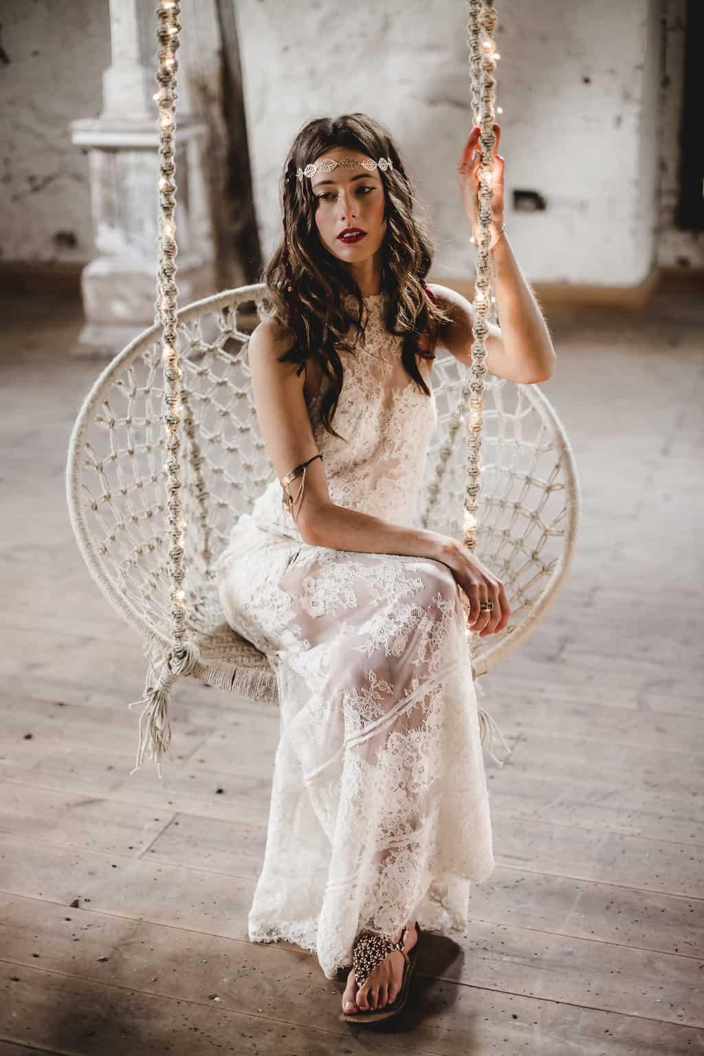 Hochzeitsinspiration: Boho Finesse, Marsala-Gold, Brautfrisur mit offenen Haaren und Haarschmuck | marygoesround.de