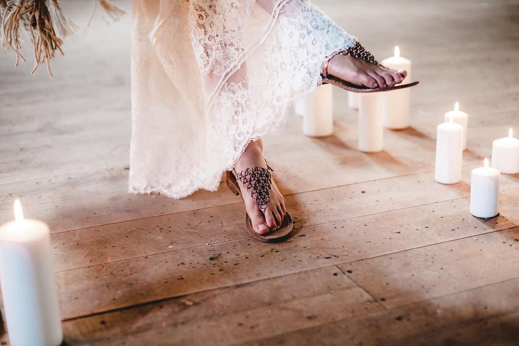 Hochzeitsinspiration: Boho Finesse, Marsala-Gold, Braut mit Sandalen | marygoesround.de