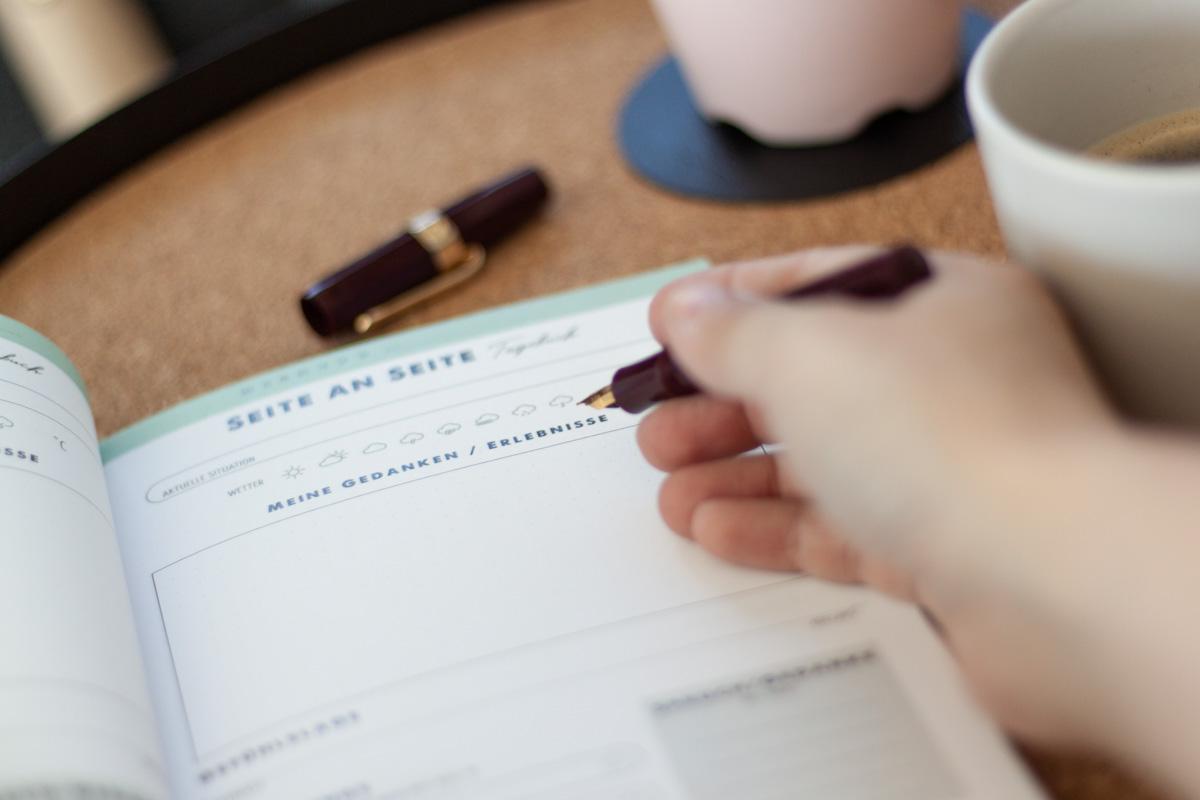 """""""Seite an Seite"""" Paar Tagebuch mit Ausfüllseiten für die Beziehung"""